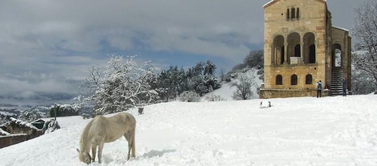 Santa María del Naranco y San Miguel de Lillo con nieve